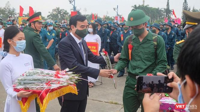 Chủ tịch UBND TP Đà Nẵng Lê Trung Chinh tặng hoa cho tân binh trong ngày tuyển quân năm 2021