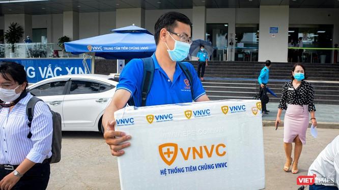Nhân viên CDC Đà Nẵng tiếp nhận 100 liều vaccine COVID-19 từ Bộ Y tế để tiêm cho các nhân viên y tế.