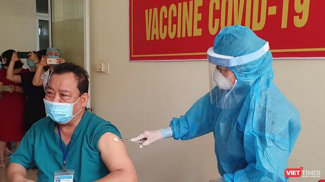 Nhân viên y tế tuyến đầu chống dịch ở Đà Nẵng được tiêm vaccine phòng COVID-19