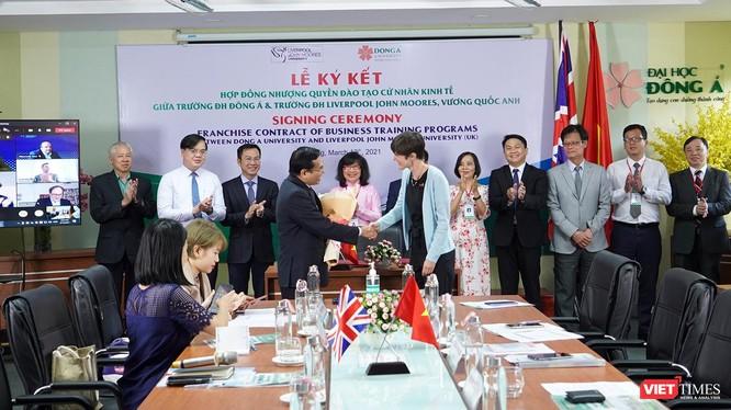 Bà Emily Hamblin - Tổng Lãnh sự Anh tại TP. Hồ Chí Minh chúc mừng ĐH Đông Á đã có ký kết hợp tác đào tạo với Đại học Liverpool John Moores (Vương Quốc Anh)