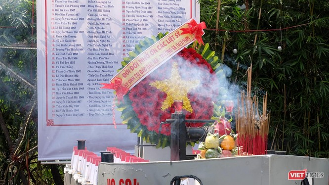 Lễ tưởng niệm 64 liệt sĩ hi sinh bảo vệ đảo Gạc Ma của Việt Nam và mô hình con tàu HQ 604 huyền thoại.