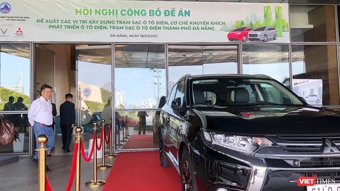 Khách tham quan xe ô tô điện do doanh nghiệp cung cấp tại sự kiện công bố mạng lưới các vị trí xây dựng các trạm sạc ô tô điện trên địa bàn TP Đà Nẵng