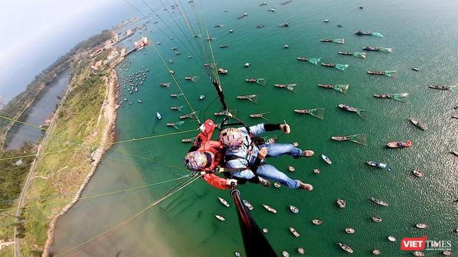 Biển Sơn Trà (Đà Nẵng) nhìn từ dù bay