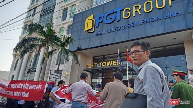 Khách hàng mua sản phẩm tại dự án New Danang City tập trung giăng băng rôn đòi sổ trước toà nhà PGT Tower (Đà Nẵng)