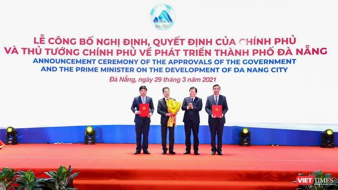 Phó Thủ tướng Trịnh Đình Dũng thay mặt Chính phủ trao quyết định cho lãnh đạo TP Đà Nẵng