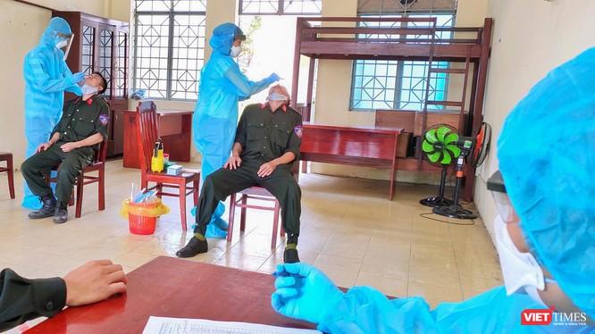 Lực lượng y tế lấy mẫu xét nghiệm SARS-CoV-2 cho cán bộ chiến sĩ có tiếp xúc gần với các ca mắc COVID-19