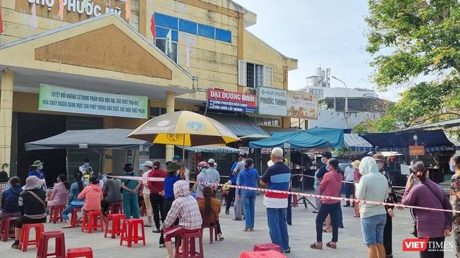 Các tiểu thương chợ Phước Mỹ (Đà Nẵng) lấy mẫu xét nghiệm SARS-CoV-2 khi ca mắc COVID-19 đi chợ tại đây