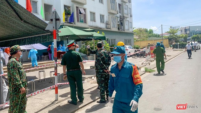 Lực lượng y tế và cơ quan chức năng phong toả chung cư ở Đà Nẵng nơi có bệnh nhân mắc COVID-19 mới