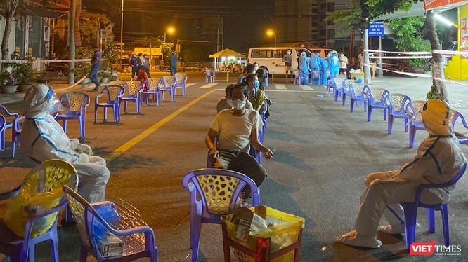 Lực lượng y tế Đà Nẵng lấy mẫu xét nghiệm COVID-19 cho người dân xuyên đêm để tăng cường công tác truy vết, ngăn chặn dịch bệnh lây lan