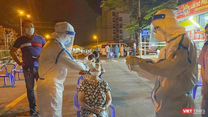 Lực lượng y tế Đà Nẵng lấy mẫu xét nghiệm COVID-19 cho người dân