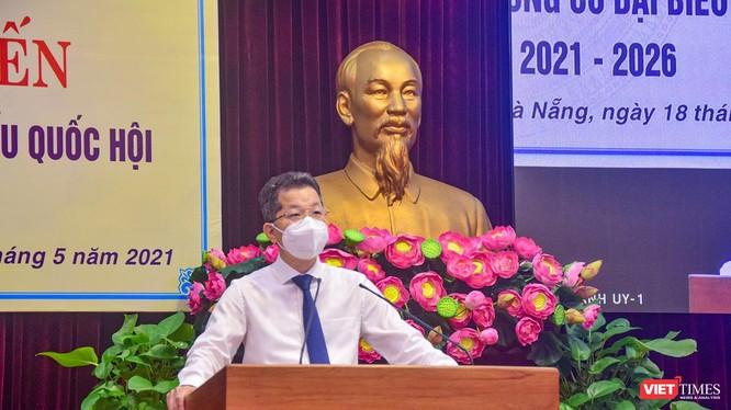 Ông Nguyễn Văn Quảng – Bí thư Thành uỷ Đà Nẵng phát biểu tại hội nghị Tiếp xúc cử tri trực tuyến, vận động bầu cử đại biểu Quốc hội khóa 15, nhiệm kỳ 2016-2021 diễn ra sáng ngày 18/5 (ảnh Khánh Hưng)