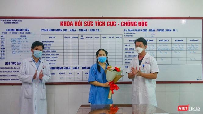Lãnh đạo Bệnh viện Đà Nẵng tặng hoa cho nữ điều dưỡng bị phản vệ sau tiêm vắc xin COVID-19 trong buổi xuất viện.