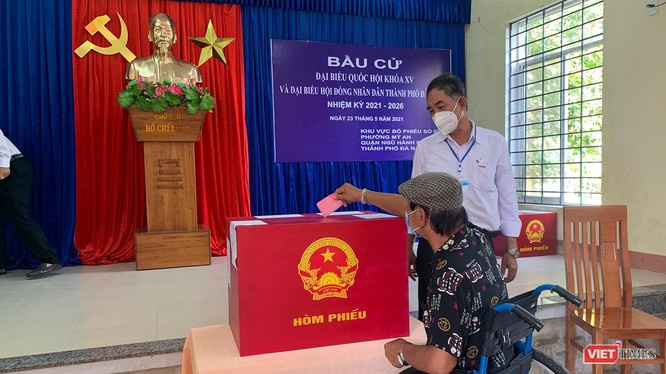 Cử tri Đà Nẵng đi bỏ phiếu bầu ra đại biểu Quốc hội và đại biểu HĐND TP (Ảnh Khánh Hưng)