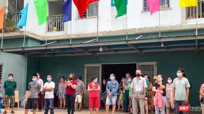 Người dân chung cư 12T3 (phường Nại Hiên Đông, quận Sơn Trà, TP Đà Nẵng) nghe đọc lệnh tháo dỡ phong toả cách ly y tế (Ảnh Khánh Hưng)