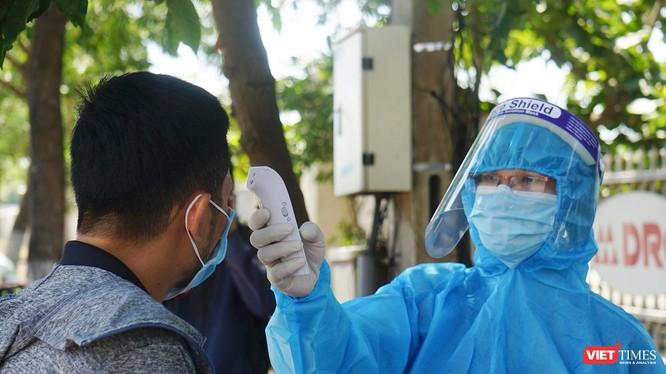 Lực lượng kiểm dịch giám sát y tế đối với người đi qua chốt kiểm soát phòng dịch COVID-19