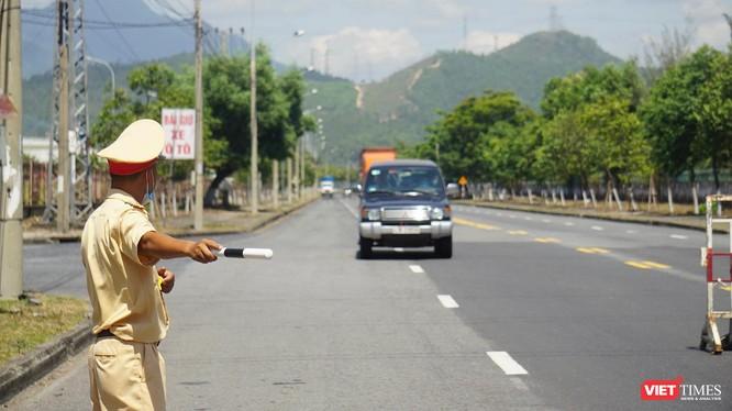 Chốt kiểm soát dịch COVID-19 trên tuyến đường bộ của ngõ TP Đà Nẵng