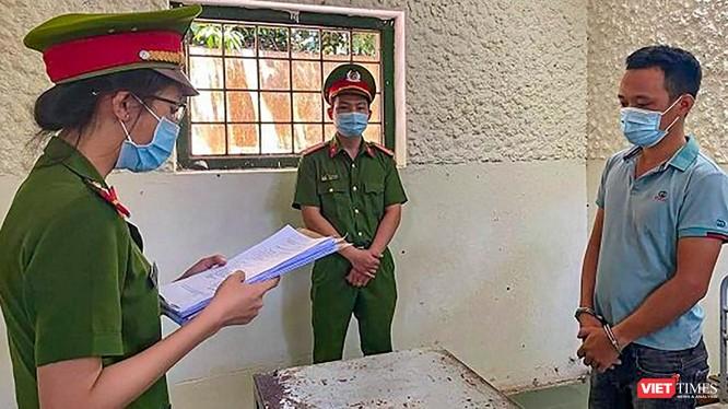 Lực lượng công an tống đạt quyết định khởi tố vụ án, khởi tố bị can và thực hiện lệnh bắt tạm giam đối với tài xế Nguyễn Quốc Tuấn