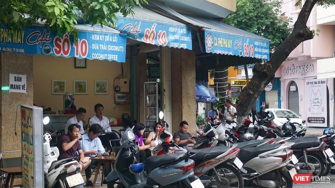 Sáng ngày 9/6, các hàng quán ở Đà Nẵng được phép mở cửa phục vụ tại chỗ sau 21 ngày không có ca mắc COVID-19 mới trong cộng đồng