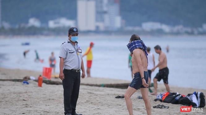 Người dân tắm biển tại bãi biển du lịch Đà Nẵng