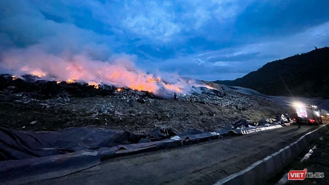 Hiện trường vụ cháy tại hộc rác số 2, bãi rác Khánh Sơn (Đà Nẵng)