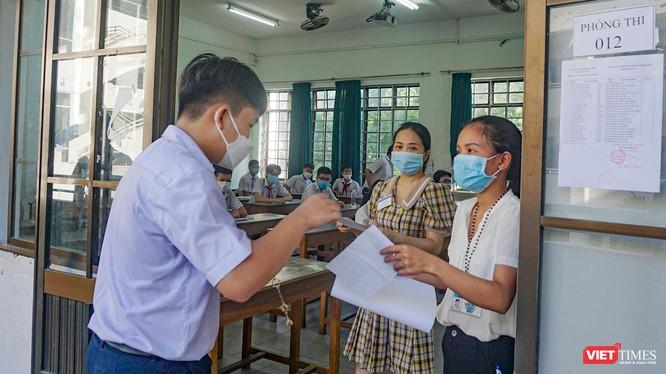 Thí sinh tham dự kỳ thi tuyển sinh lớp 10 ở Đà Nẵng làm thù tục vào phòng thi.