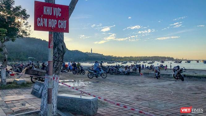 Bất chấp biển cấm họp chợ và lệnh cấm tụ tập đông người trên biển, chợ vẫn ngang nhiên họp tại khu vực biển Thọ Quang (Sơn Trà, Đà Nẵng)(Ảnh chụp lúc 6h ngày 27/6/2021)