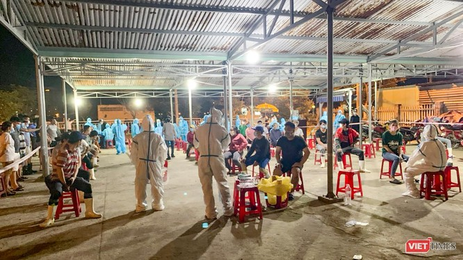 Lực lượng y tế lấy mẫu xét nghiệm COVID-19 đối với người dân tại Đà Nẵng