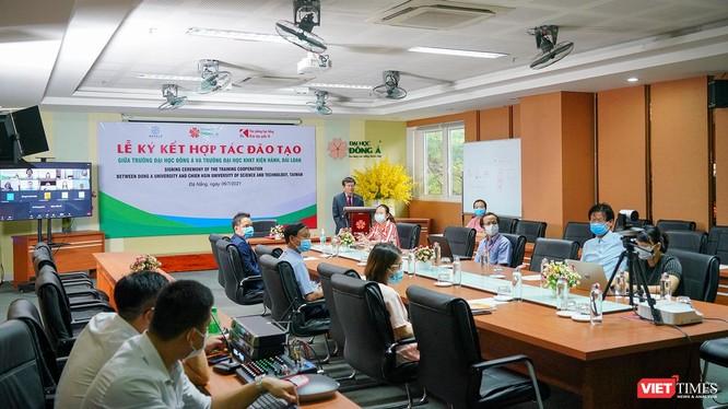 Quang cảnh lễ ký kết hợp tác đào tạo giữa ĐH Đông Á và ĐH Khoa học Kỹ thuật Chien Hsin (Đài Loan)