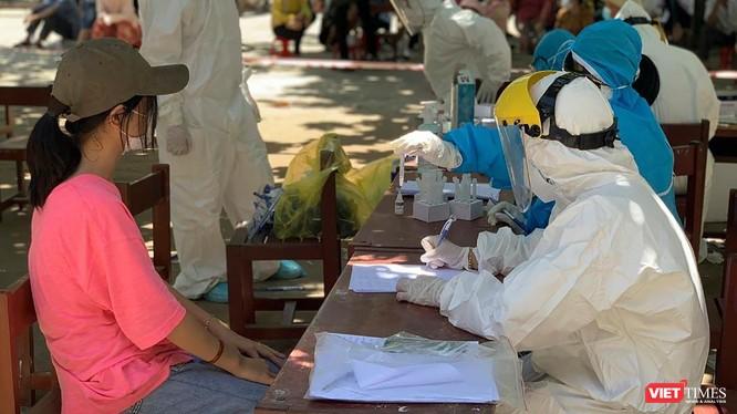 Lực lượng y tế lấy mẫu xét nghiệm sàng lọc bệnh nhân COVID-19
