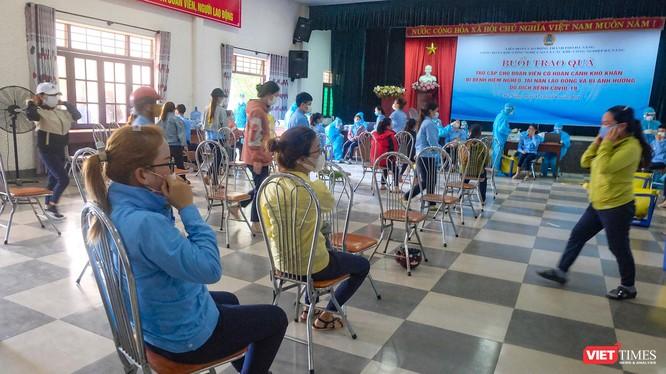Lực lượng y tế lấy mẫu xét nghiệm COVID-19 tại Công ty TNHH điện tử Việt Hoa (KCN Hoà Khánh)