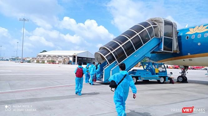 Người dân từ TP HCM về quê tránh dịch COVID-19 hạ cánh xuống sân bay Đà Nẵng