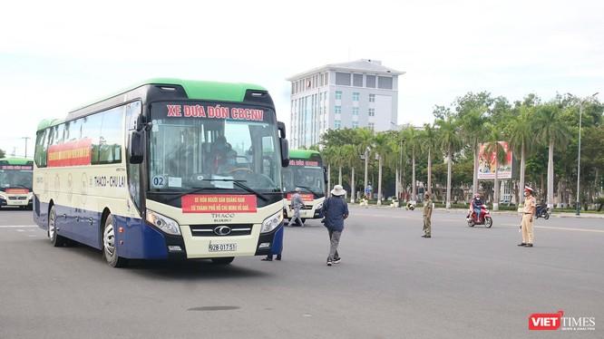 Sáng ngày 21/7, đoàn xe từ tỉnh Quảng Nam đi vào TP HCM, đón người dân địa phương có hoàn cảnh khó khăn do dịch COVID-19 về quê đã khởi hành