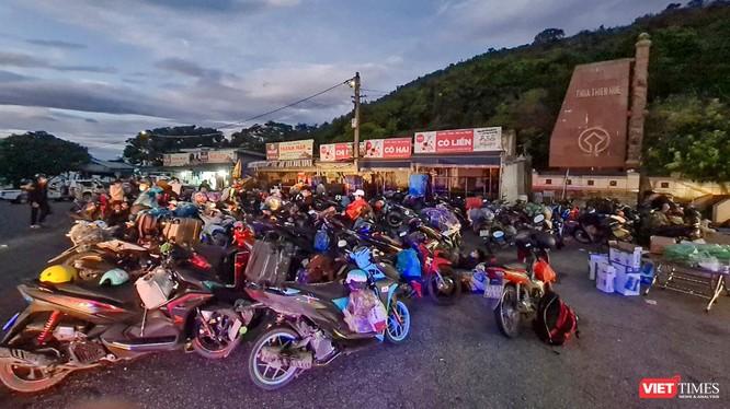 Đoàn người rời TP HCM bằng xe máy tại khu vực đỉnh đèo Hải Vân (Đà Nẵng) (ảnh do lực lượng CSGT cung cấp)