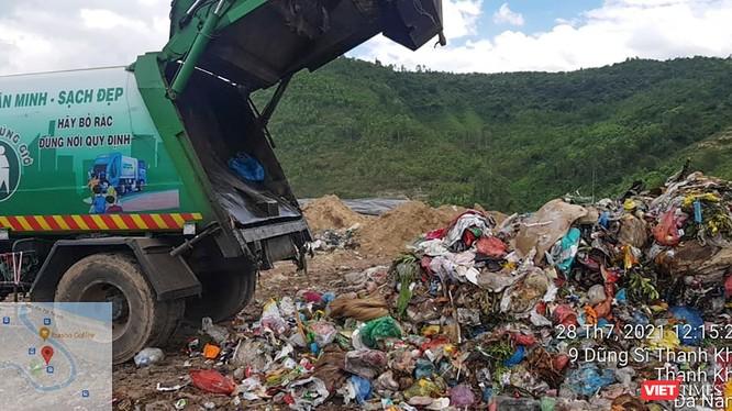 Xe thu gom vận chuyển rác mang BKS 29T-6627 đổ rác thải sinh hoạt có lẫn rác y tế nguy hại tại hộc số 4 bãi rác Khánh Sơn.