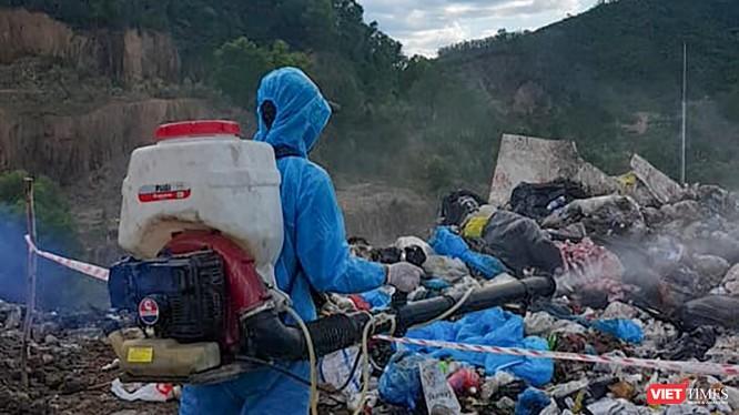 Lực lượng chuyên ngành phun thuốc xử lý số rác thải do xe 29T-6627 đổ ra tại bãi rác Khánh Sơn