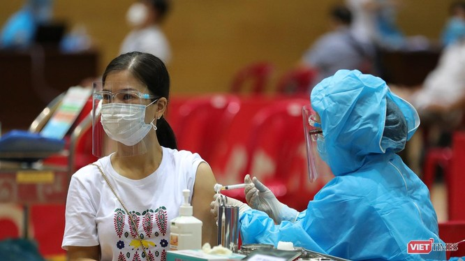 Nhân viên y tế Đà Nẵng tiêm vaccine phòng COVID-19 cho người dân