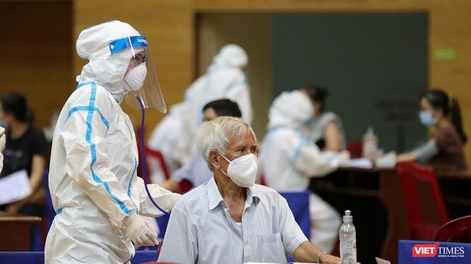 Lực lượng y tế khám lâm sàng cho đối tượng ưu tiên trước khi tiêm vaccine phòng COVID-19