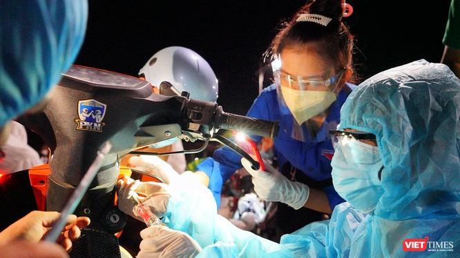Đội SOS sinh viên ĐH Đông Á sửa xe cho người dân tại điểm dừng trên đia bàn TP Đà Nẵng trong hành trình từ TP HCM về quê tránh dịch