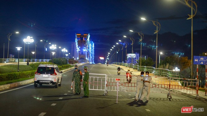 Cầu Rồng trong tối ngày 31/7, khi Đà Nẵng áp dụng biện pháp giãn cách xã hội toàn TP theo Chỉ thị 16/CT-TTg để phòng chống dịch COVID-19