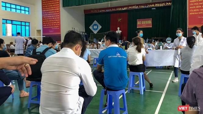 Trung tâm Kiểm soát bệnh tật Quảng Nam tổ chức tiêm vaccine phòng COVID-19 đợt 3 cho các đối tượng ưu tiên tại Nhà đa năng trường Cao đẳng y tế Quảng Nam