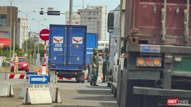 Lực lượng công an, quân đội kiểm soát phương tiện tại chốt kiểm soát ngã tư Ngô Quyền-Nguyễn Công Trứ, quận Sơn Trà, TP Đà Nẵng