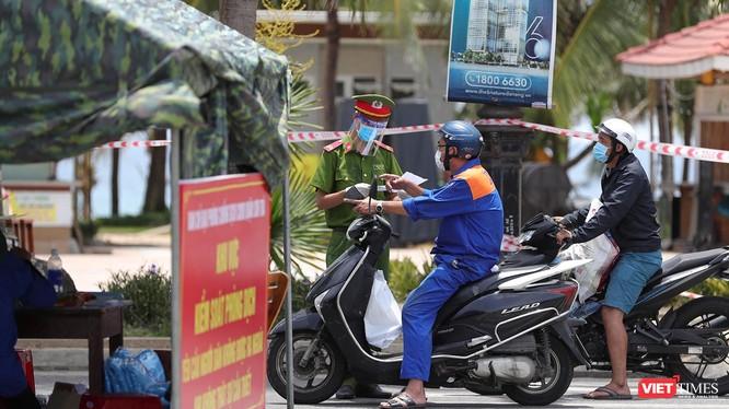 Lực lượng công an kiểm soát người dân và phương tiện lưu thông bằng giấy đi đường ở TP Đà Nẵng