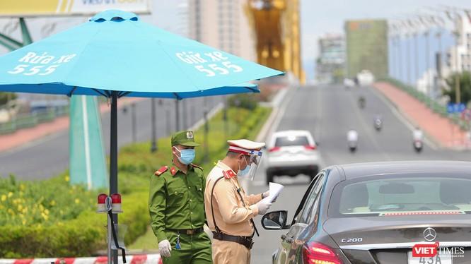 Lực lượng công an tại chốt kiểm soát dịch trên địa bàn TP Đà Nẵng kiểm tra giấy đi đường của người dân