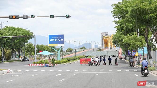 Chốt kiểm soát phòng dịch tại khu vực cầu Rồng trong thời gian Đà Nẵng thực hiện giãn cách xã hội theo Chỉ thị 05/CT-UBND của Chủ tịch UBND TP Đà Nẵng