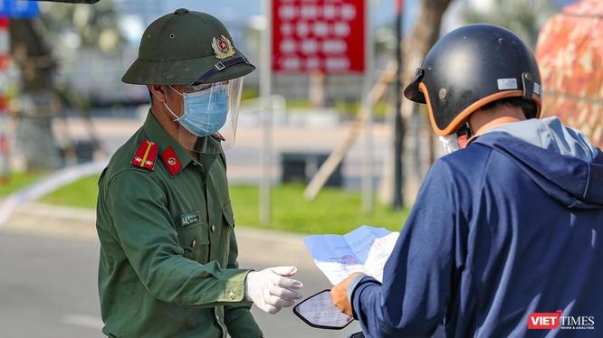 Lực lượng công an Đà Nẵng kiểm soát người điều khiển lưu thông trên đường trong thời gian giãn cách xã hội