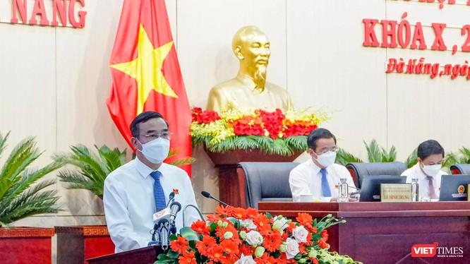 Ông Lê Trung Chinh - Chủ tịch UBND TP Đà Nẵng phát biểu giải trình tại phiên làm việc cuối của kỳ họp thứ 2 HĐND TP Đà Nẵng khóa X, diễn ra chiều ngày 12/8