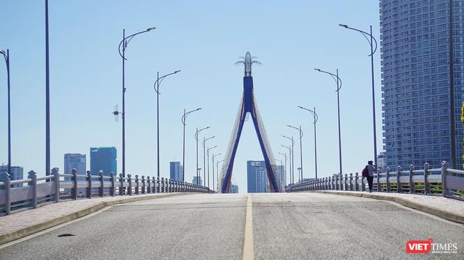 """Cầu quay Sông Hàn trong ngày toàn TP Đà Nẵng thực hiện """"ai ở đâu ở đó"""""""