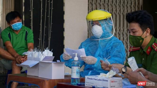 Lực lượng y tế lấy mẫu xét nghiệm COVID-19 cho người dân Đà Nẵng