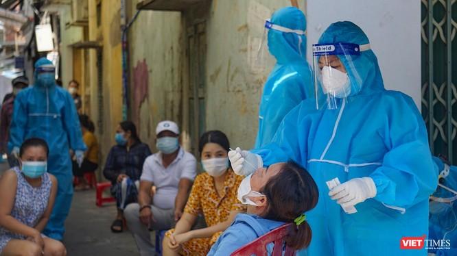 Lực lượng y tế Đà Nẵng lấy mẫu xét nghiệm COVID-19 trong cộng đồng