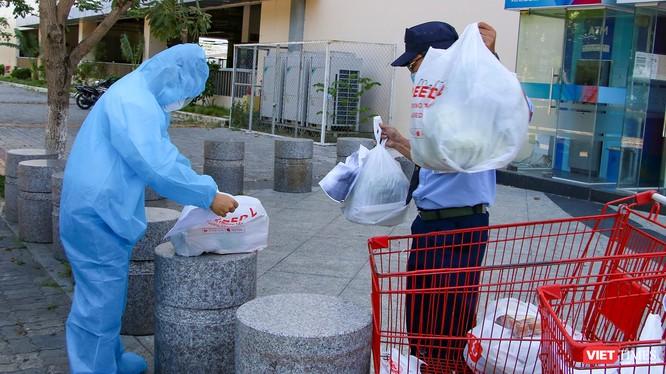 Shipper ở Đà Nẵng mua hàng tại siêu thị để cung cấp thực phẩm thiết yếu cho khách